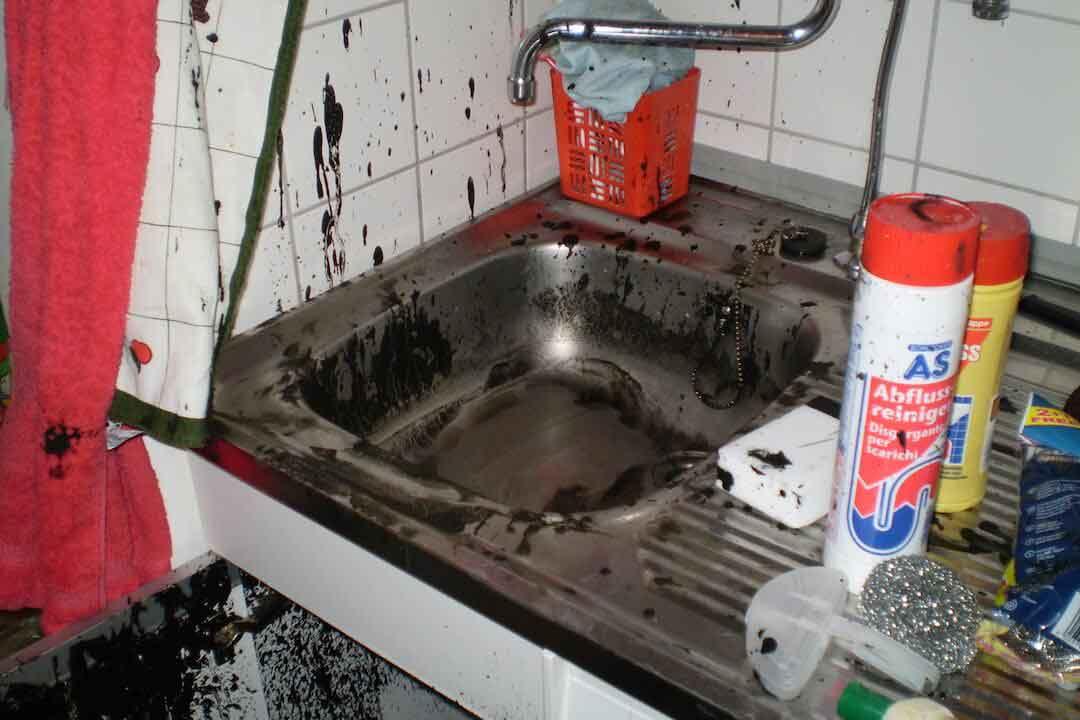 Verdreckte Spüle als Beispielbild für einen Beitrag über Reinigungsmittel