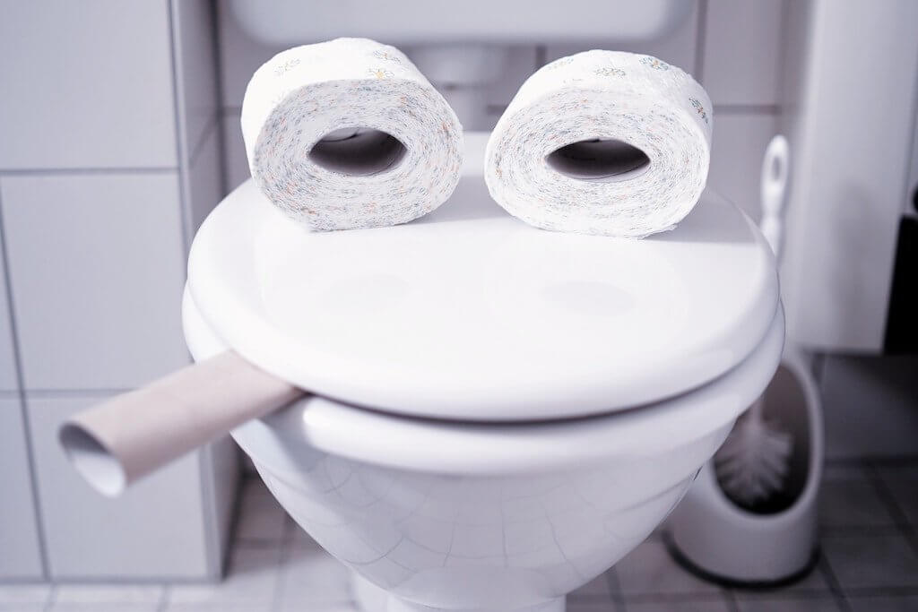 Bild einer Toilette mit Papier als Beitragsbild für einen Blogtext über die Gefahren das Rohr heruntergespülter Feuchttücher